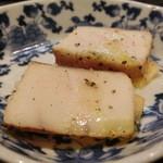 う越貞 - まずは、5kある本鰆のスモーク、柿とオリーブオイルに胡椒でアクセント。