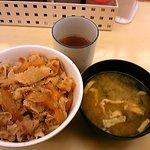 松屋 - デフォルトでお味噌汁が付いています