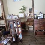 喫茶ミンカ - 古民具の置かれた店内