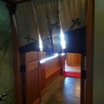 炭焼うなぎ 加茂 - 調理場への入口です。
