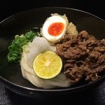 柔製麺 - 国産牛肉と蘭王半熟玉子天ぶっかけ・生醤油(冷・温) 940円