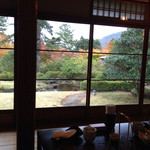 32767274 - 窓の外の日本庭園