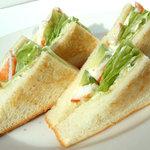 ホームワークス - シュリンプ&アボカドサンド。女性のお客様には人気No,1。 ホールウィートのパンで。