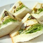 ホームワークス - アメリカの家庭の味、チキンサラダをそのままサンド! 格別なオイシサ!!
