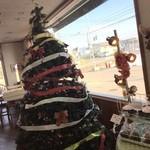 32782047 - 店内大きなツリー!カフェスペースもございます。