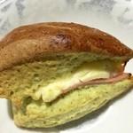 サルタセカンド - スコーンにベーコン、チーズが入っています。