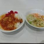 アプローズ - お替わりのカレーとサラダ