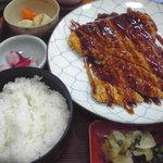 お食事の店萬福 - トンカツ定食:950円! でかすぎて写真に入りきらなかった… さらにポテトサラダと味噌汁がついてます!