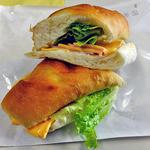 パンの店 ベルツ - ロースハムとチェダーチーズのヴィエノワサンド