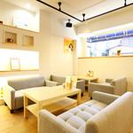 和牛処 Hana - ゆっくり、おくつろぎいただけるソファー席です。