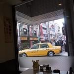 32799788 - メニューの裏側・店内からはマジックミラーの窓2014年11月9日日昇酒家