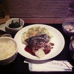 32803185 - 本日の魚料理(白米、小鉢2種、具沢山味噌汁、香の物)880円