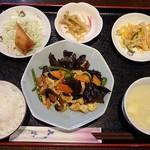 中華居酒屋 華郷 - 木くらげと玉子の炒めには、ご飯、スープ、おかず3品が付いています