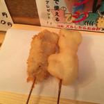32810646 - 「ホッピーセット」380円。                       「アニキにおまかせ5本セット」600円の豚バラ、エリンギ