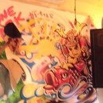 カレーちゃん家 - 壁に書かれた絵にJBLのスピーカー