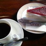 32813204 - 可愛いケーキと美味なコーヒー。