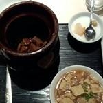 32816643 - 牛スジと牛肉の壷煮+豆腐煮込みセット(800円)ご飯とスープはおかわり自由です
