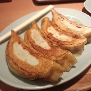 中華園 - 巨大餃子 割り箸と比較してみてください。