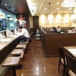 長崎ちゃんぽん リンガーハット 西池袋店 - 店内(左がカウンター席、右がテーブル席)(2014年11月来店)