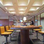 エアポートラウンジ - 中央の長テーブル