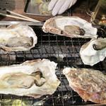 牡蠣小屋 海賊船 - 次は、焼き牡蠣です。焼き牡蠣は加熱用の牡蠣なのでよく焼いて下さいとのこと。                             レア状で食べるのはダメなんですね。