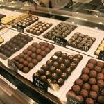 軽井沢チョコレート館 - チョコレートはすべて店内で手作りしたもの。ショーケースにずらりと並び、選ぶのも楽しい♪
