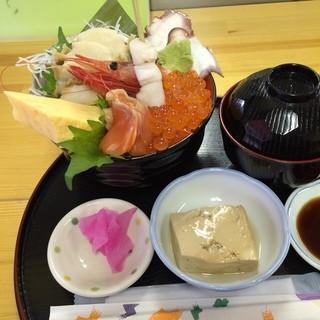田中前 - 南三陸さんさん商店街の田中前で昼食。 あわび・いくら丼を食した。税込2350円。