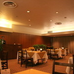 コンチネンタルルーム - 寛ぎの時間を与えてくれる上品なテーブル席