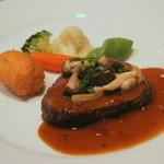 コンチネンタルルーム - 厚みのあるお肉はジューシーで柔らかい。甘みのある温野菜の食感も優しく、軽井沢ならではの味を堪能できる。
