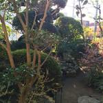 珈琲 雅楽 - 中庭を通って店内へ