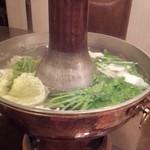 32838981 - しゃぶしゃぶ鍋で煮える野菜