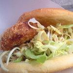 ハクライ屋 - コロッケパン~中は揚げたてコロッケ、たっぷりキャベツ、ソースのみ。シンプル!!