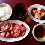 32841182 - 『カルビ』『ホソ』『ご飯』『わかめスープ』に『焼肉ダレ』~♪(^o^)丿