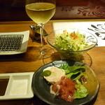 串柾 - 白グラス、サラダ、一品