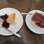 ヴィーコロ - セットのチーズケーキとティラミス