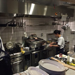 TAVERNA UOKIN - 厨房も良く見えて楽しめます。