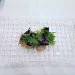 アルヴェアーレ - スモークしたメジカジキのカルパッチョ仕立て、焼きナス、金時草