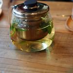 ロイヤルガーデンカフェ - カモミールとなにかのハーブティー。ハチミツを入れていただく。