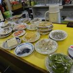 赤松酒店 - おつまみはテーブルに並べてあります