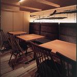 鶏料理専門店 とりかく - 簾を下ろすと半個室にも使用可能のテーブル個室