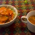 エスタージマハルエベレスト - トマトスープとニンジンドレッシングのサラダ