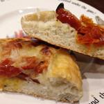 BOULANGERIE Jolly - ドライトマトとオリーブのフォカッチャの断面