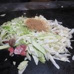 ぐじゃ焼き・お好み焼 森下 - ぐじゃが出来るまで② キャベツとかつお削り節をのせます。