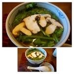 手打ちそばやぶ金 - 具材は「松茸」「ほうれん草」「三つ葉」のみ。松茸は小ぶりの品が1本入っています。 汁は少し「塩」が強い印象でした。