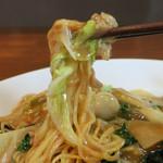 お食事処しもむら - 扁平気味の細麺に醤油ベースの餡がマッチ