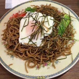 豊楽食堂 - 南三陸さんさん商店街の豊楽食堂で焼ソバ 並盛を食した。 焼ソバ 並盛は500円で辛口のジンジャエールは200円。税込合計700円。