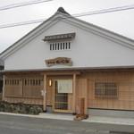32868359 - 県道沿いに・・・土蔵風な外観の「そば店」Open。