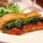 ルグドゥノム ブション リヨネ - エスカルゴにバジルとトマトのソース。エクレアの皮にはさんでいただきます