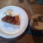 32876906 - リンゴのカラメルタルトパイとアイスチャイ