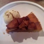 32876922 - リンゴのカラメルタルトパイ アイスが添えられています